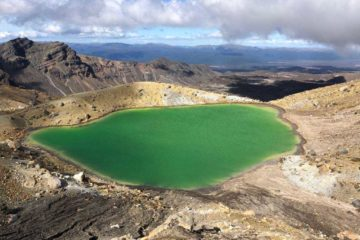 Tongariro-Alpine-Crossing-Emerald-Lake-1