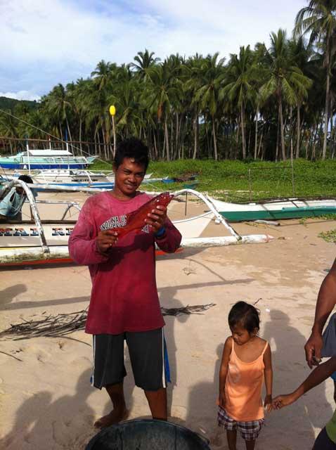 Een lokale visser die ons vol trots zijn vangst toont