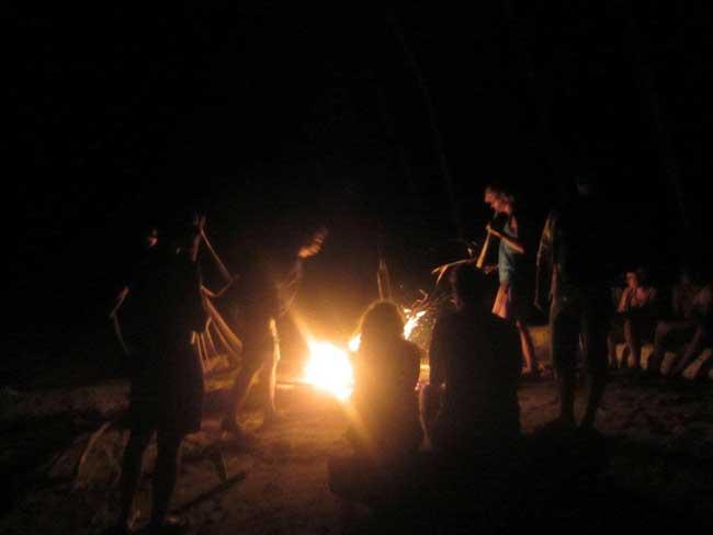 Daar zaten we dan, een kampvuur bouwen op een van de eilanden bij El Nido