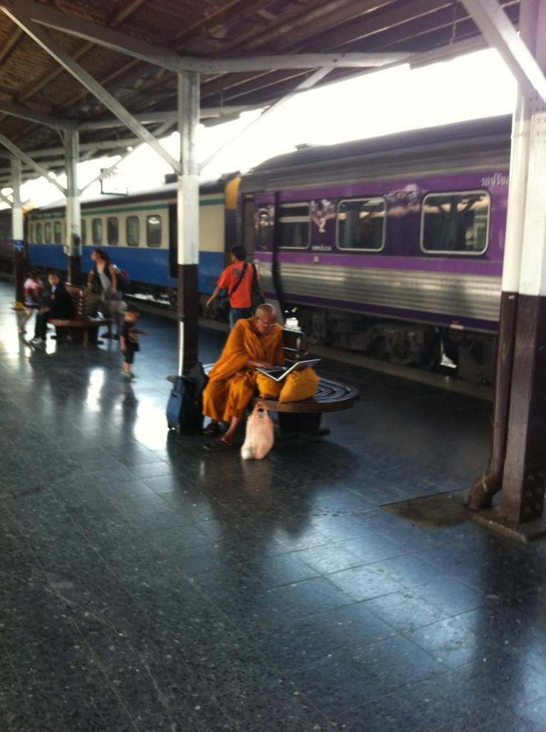 Op het treinstation van Bangkok spotte ik deze monnik met laptop, paradoxaal?