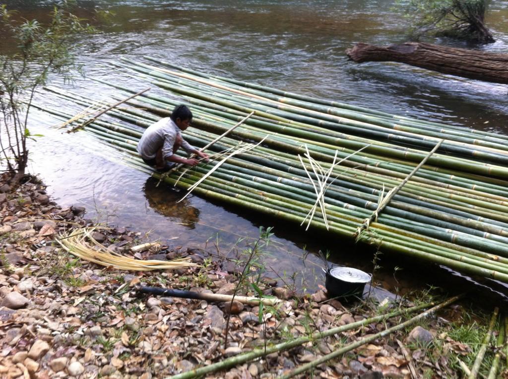 Onze ranger die het bamboevlot afwerkt
