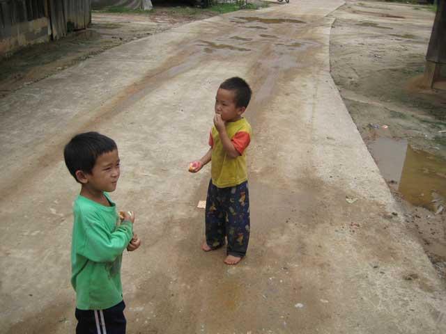 2 Van de kindjes die op ons af kwamen rennen, met hun handen vol zoet geluk