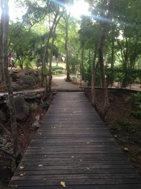 Maar ook dit soort wegen die dwars door een resort lopen