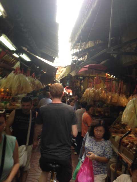 De bloemenmarkt van Bangkok: fietsen lijkt onmogelijk maar dat is het niet