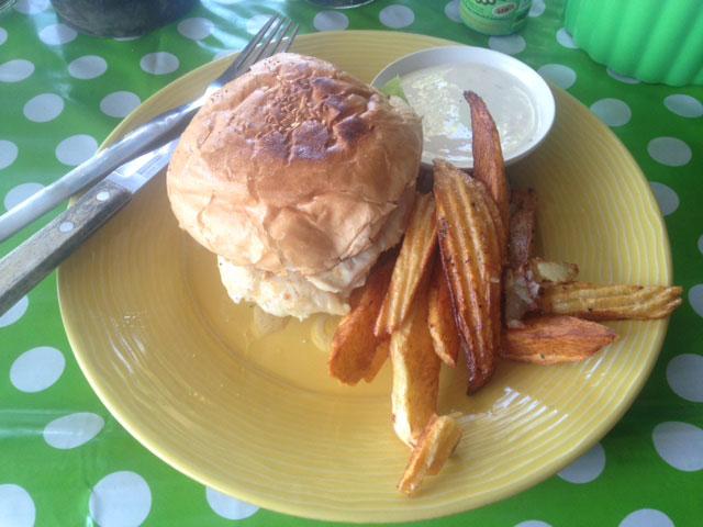 kipburger-met-gebakken-aardappels