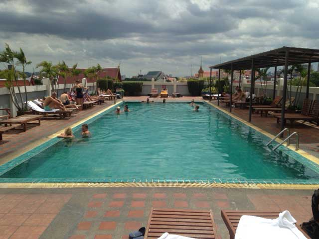 De 'rooftop pool' van Rambuttri Village Inn