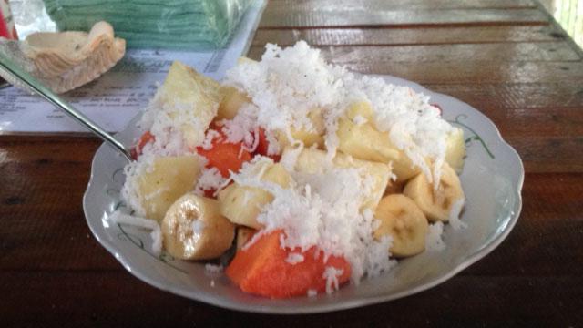 Deze fruitsalade met geraspte kokos mag er dan goed uitzien, de praktijk bleek anders te zijn