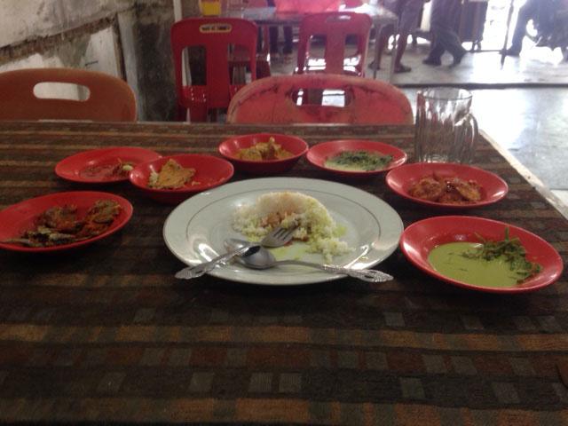 Nee ik was niet met een groep uit eten, het is hier heel normaal dat je allerlei 'side-dishes' krijgt :-)