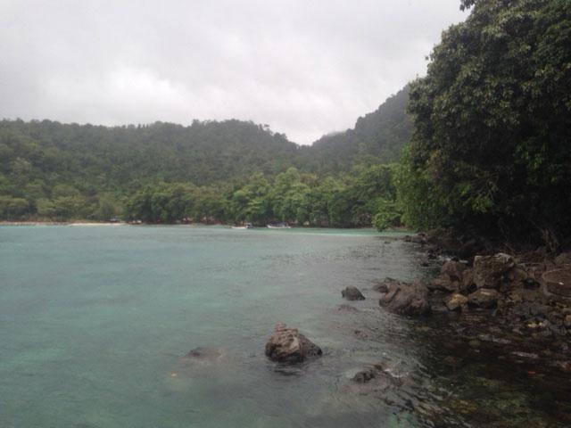 Een gedeelte van het bijna compleet weggespoelde Gapang Beach, net toen het noodweer begon