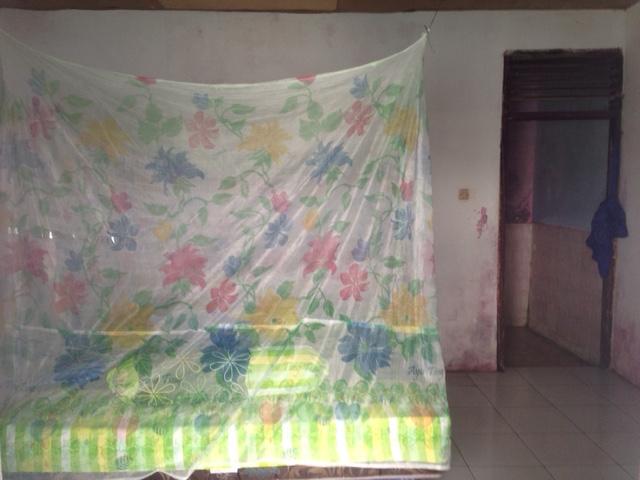 Zo ziet mijn hutje er van binnen uit - rechtsachter de opening naar de donkere badkamer