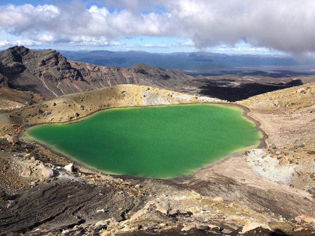 Tongariro-Alpine-Crossing-Emerald-Lake-1