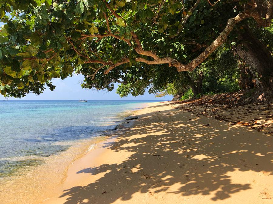 Pulau-Hatta-strand
