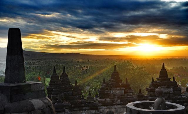 De pittoreske zonsopkomst vanaf de Borobudur